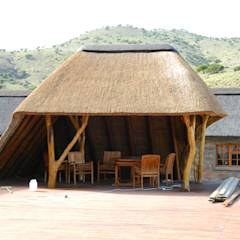 Thatch Lapa on Deck at Game Lodge: translation missing: za.style.terrace.rustic Terrace by Cintsa Thatching & Roofing