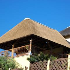 Thatch Lapa over veranda at Residential Home: translation missing: za.style.terrace.rustic Terrace by Cintsa Thatching & Roofing