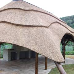 Thatch Lapa with built in Braai & Tiling: rustic Garden by Cintsa Thatching & Roofing