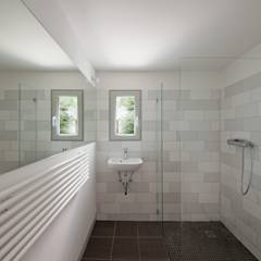 guest bathroom: modern Bathroom by brandt+simon architekten