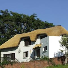 Large Thatched Roof on Residential Home: rustic Houses by Cintsa Thatching & Roofing