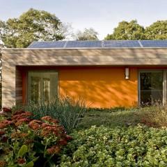 Green Roof & Solar Panels: modern Houses by ZeroEnergy Design