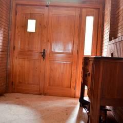Puerta de acceso en madera de Lenga.: Puertas y ventanas de estilo clásico por Ignisterra