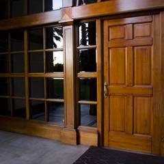 Puerta de acceso modelo Boston: Puertas y ventanas de estilo clásico por Ignisterra