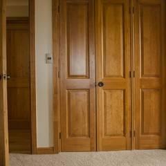 Puertas línea Clásica: Puertas y ventanas de estilo clásico por Ignisterra