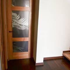 Puerta modelo Génova, línea Campestre, y piso escalera en madera de Lenga: Puertas y ventanas de estilo rústico por Ignisterra