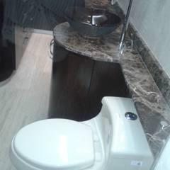 VISTA HACIA VESTIER DE BAÑO PRINCIPAL: Baños de estilo minimalista por CelyGarciArquitectos c.a.