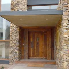 Puerta de acceso de duelas.: Puertas y ventanas de estilo rústico por Ignisterra