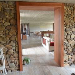 Piso de duelas.: Puertas y ventanas de estilo rústico por Ignisterra