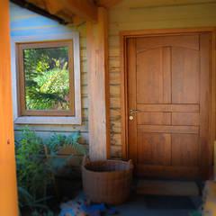 Puerta de acceso : Puertas y ventanas de estilo clásico por Ignisterra