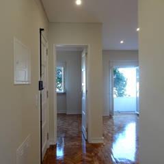 REMODELAÇÃO APARTAMENTO, ÁGUAS LIVRES, AMADORA: Corredores, halls e escadas modernos por Happy Ideas At Home - Arquitetura e Remodelação de Interiores