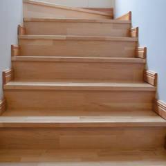 Escalera en madera de Lenga.: Paredes y pisos de estilo rústico por Ignisterra