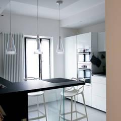 Relooking appartamento datato: Cucina in stile in stile Moderno di SuMisura