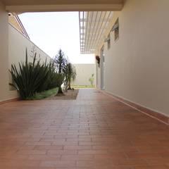 Casa TM : Corredores, halls e escadas minimalistas por canatelli arquitetura e design