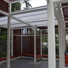 Cobertizo Colegio de La-Salle: Terrazas  de estilo translation missing: cl.style.terrazas-.industrial por Ensamble Arquitectura y Diseño Ltda.