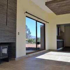 Vivienda unifamiliar mediterráneo: Paredes y pisos de estilo mediterraneo por Casas Metal