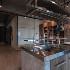 WLL house: translation missing: tw.style.廚房.industrial 廚房 by 珞石設計 LoqStudio