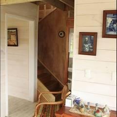 Casa Stehr: Pasillos, hall y escaleras de estilo translation missing: cl.style.pasillos-hall-y-escaleras.rural por Kanda arquitectos