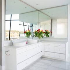 ULTRA MODERN RESIDENCE: modern Bathroom by FRANCOIS MARAIS ARCHITECTS