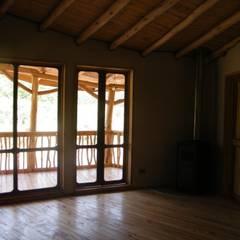 Casa Sol en Rari: Dormitorios de estilo rústico por Secrea Spa