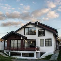 fachada posterior de la vivienda rehabilitada: Casas de estilo ecléctico por ARQUITECTURA E INGENIERIA PUNTAL LIMITADA