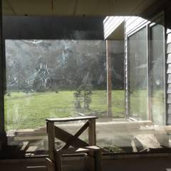 CASA QUAST: Puertas y ventanas de estilo escandinavo por VIVANCO & PINTO D´AGUIAR ARQUITECTOS