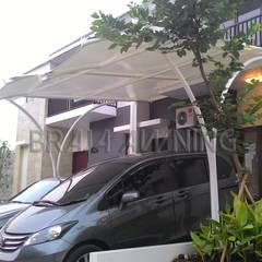 Tenda membrane garasi mobil: translation missing: id.style.teras.modern Teras by Braja Awning