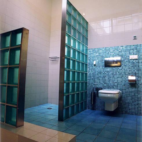 Glazen tegels in de badkamer licht en ruimte in een handomdraai - Waterafstotend badkamer ...
