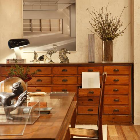 Houten meubels in donkere tinten tien sfeermakers for Houten meubels woonkamer