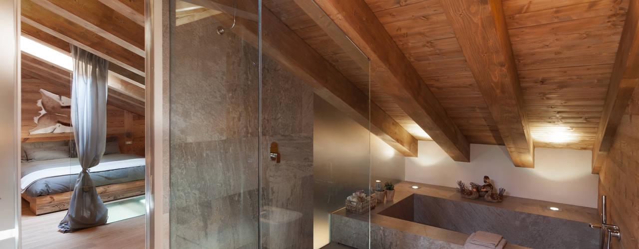7 fantastici bagni all 39 italiana realizzati nel sottotetto - Bagno sottotetto ...