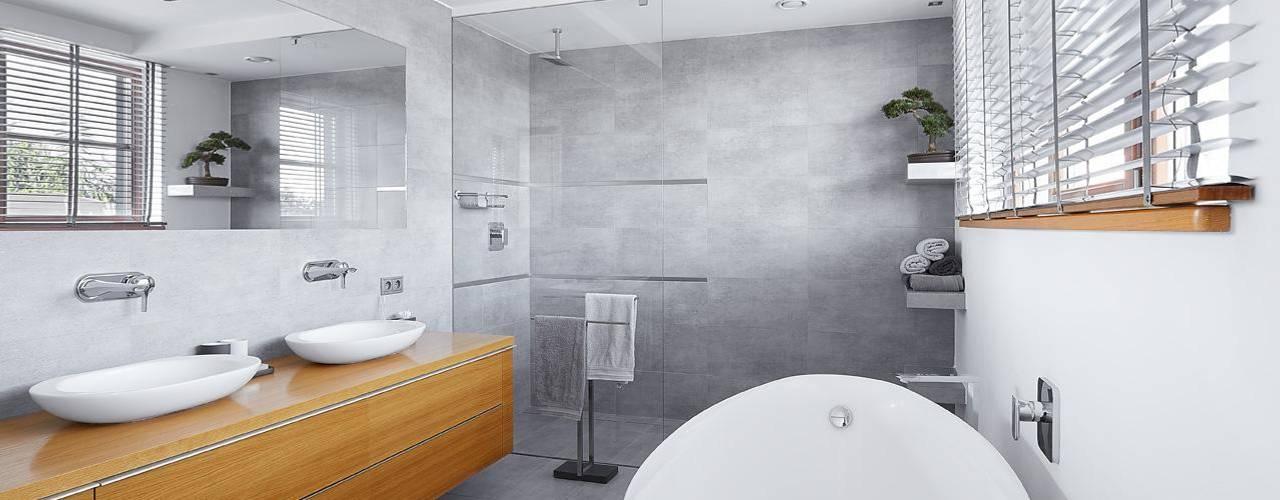 Badezimmer mit Holzwand, Dachschräge in blauer Farbe und weiße Duschkabine
