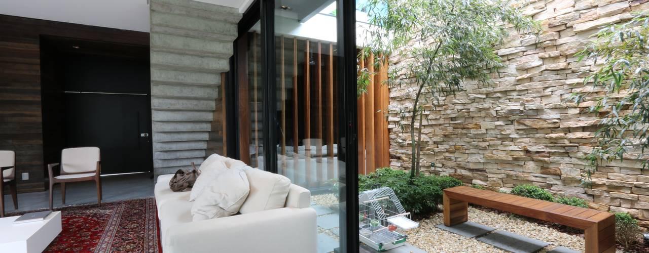 15 jardines en interior que se ver n fabulosos en casas - Jardines exteriores de casas modernas ...