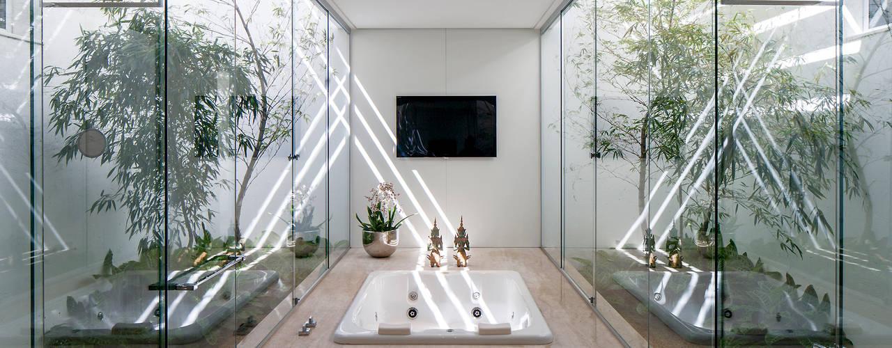 TB House: Banheiros minimalistas por Aguirre Arquitetura