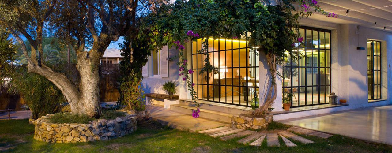 19 dise os de cercos y rejas que proteger n tu casa con estilo for Casas de chapa para jardin