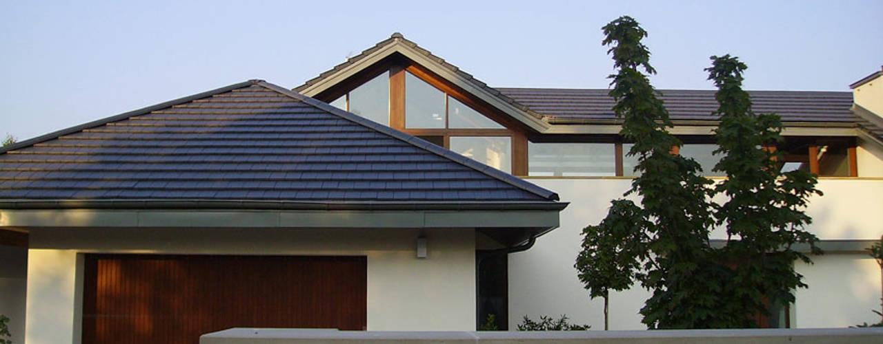 Dom w Laskach: styl nowoczesne, w kategorii Domy zaprojektowany przez atz-studio