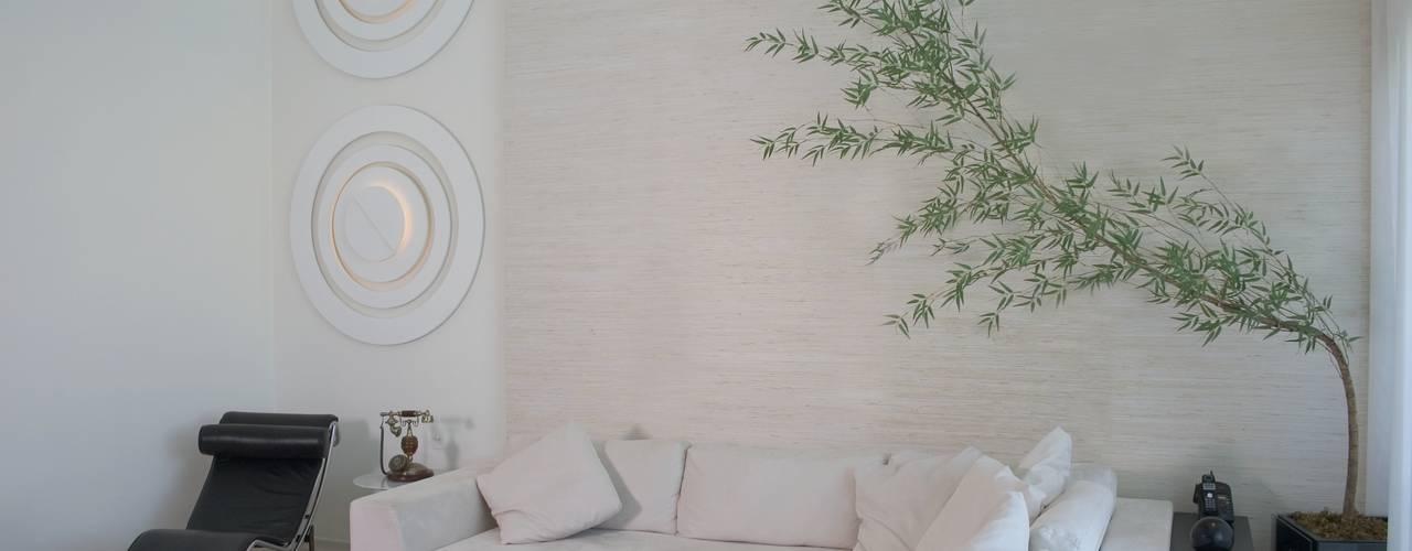 (2006)Apartamento Península: Salas de estar modernas por Escritório Ana Meirelles