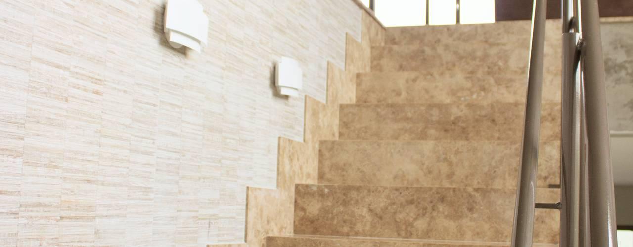 Pasillos, vestíbulos y escaleras de estilo minimalista de Pz arquitetura e engenharia