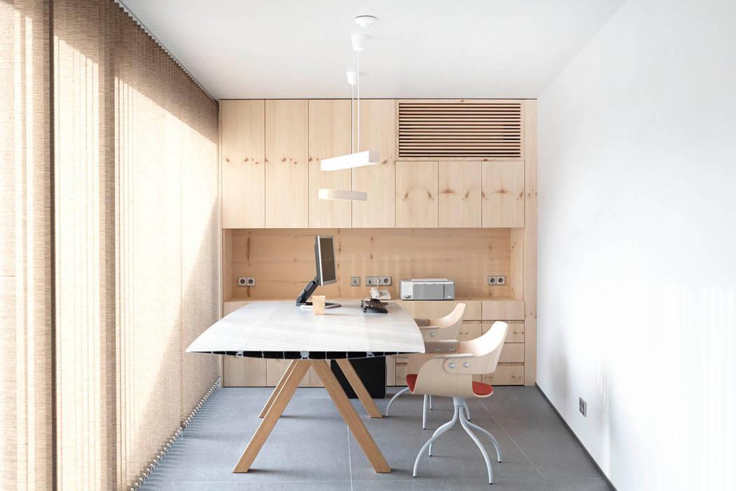 Espaços de trabalho translation missing: pt.style.espaços-de-trabalho.escandinavo por Coblonal Arquitectura