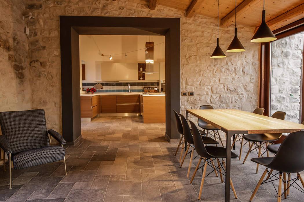 Foto di soggiorno in stile in stile country casa salina for Case in stile country moderno