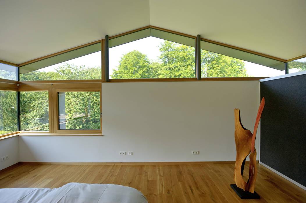 moderne schlafzimmer bilder einfamilienhaus mit schwebendem dach und veranda in bremen homify. Black Bedroom Furniture Sets. Home Design Ideas