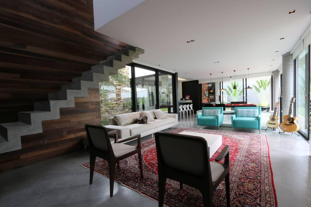 Foto di soggiorno in stile in stile minimalista di zaav for Soggiorno minimalista