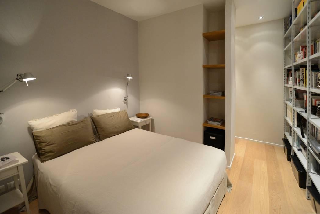 Foto di camera da letto in stile in stile minimalista - Su di esso si esce da una porta finestra ...