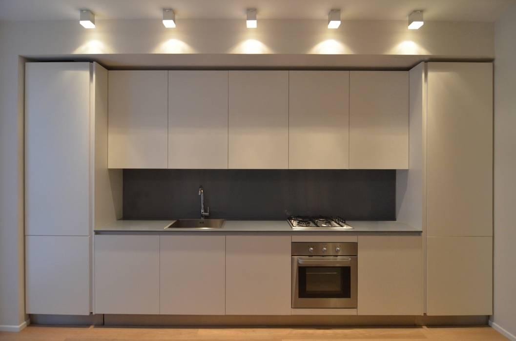 Foto di cucina in stile in stile minimalista homify - Su di esso si esce da una porta finestra ...