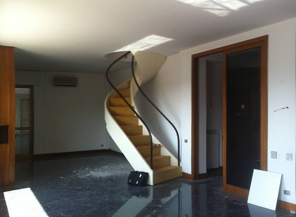 Foto di space in stile vecchio soggiorno con scala homify - Scala soggiorno ...
