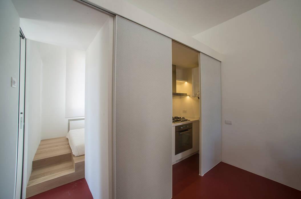 Foto di cucina in stile in stile minimalista casa per un for Casa stile minimalista