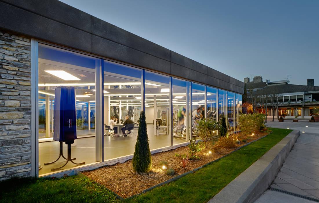 Fotos de gimnasios dom sticos de estilo moderno fachada for Gimnasio nuevo estilo
