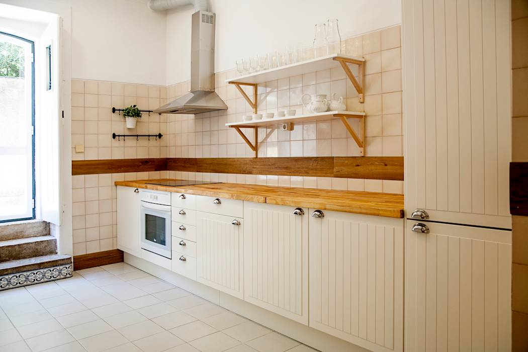 KITCHEN AFTER:   por Home Staging Factory