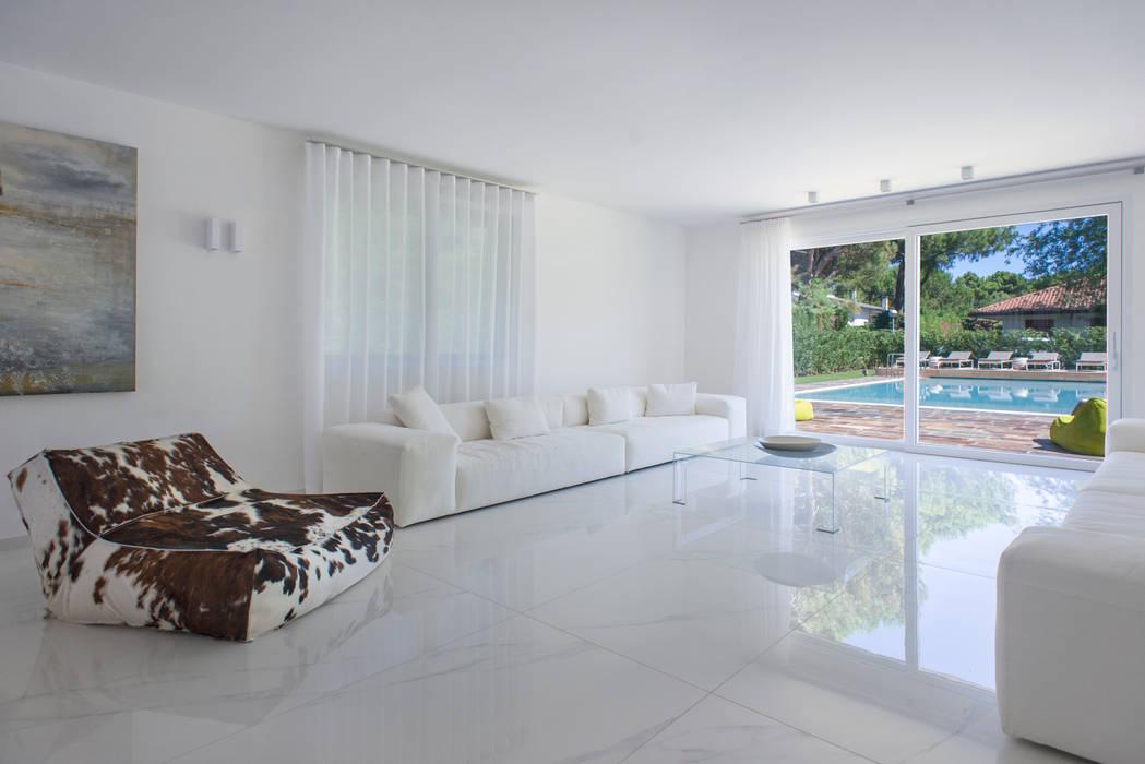Foto di soggiorno in stile in stile minimalista for Soggiorno minimalista