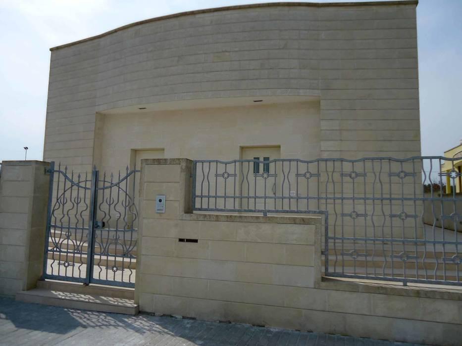 Foto di case in stile in stile minimalista esterno facciata principale con cancellata muro - Aprire finestra muro esterno ...