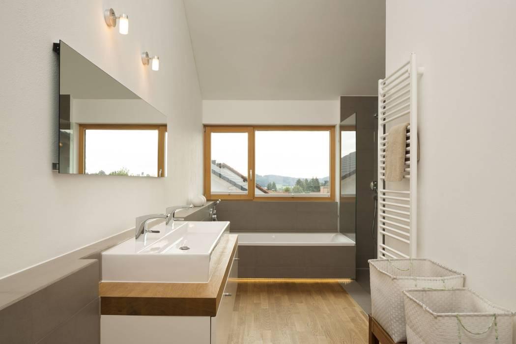 Haus Brunner: moderne Badezimmer von architektur + raum